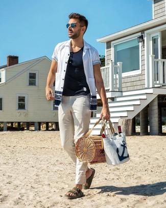 Как и с чем носить: бело-темно-синяя рубашка с коротким рукавом, белая футболка на пуговицах, белые брюки чинос, темно-зеленые кожаные сандалии