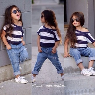 Как и с чем носить: бело-темно-синяя футболка в горизонтальную полоску, голубые джинсы, белые кеды