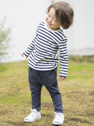 Как и с чем носить: бело-темно-синяя футболка в горизонтальную полоску, темно-синие джинсовые брюки, белые кеды