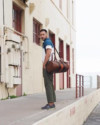 Как и с чем носить: бело-темно-синяя футболка-поло, темно-зеленые брюки чинос, темно-синие низкие кеды, коричневая кожаная дорожная сумка
