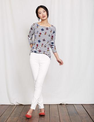 Как и с чем носить: бело-темно-синяя футболка с длинным рукавом в горизонтальную полоску, белые джинсы скинни, красные замшевые балетки