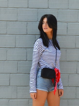 Как и с чем носить: бело-темно-синяя футболка с длинным рукавом в горизонтальную полоску, голубые джинсовые шорты, черная кожаная сумка через плечо, красная бандана
