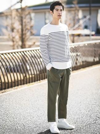 Как и с чем носить: бело-темно-синяя футболка с длинным рукавом в горизонтальную полоску, оливковые брюки чинос, белые низкие кеды, белые носки