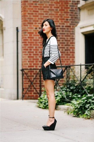 Как и с чем носить: бело-темно-синяя футболка с длинным рукавом в горизонтальную полоску, черные шорты, черные кожаные туфли на танкетке, черная кожаная сумка через плечо