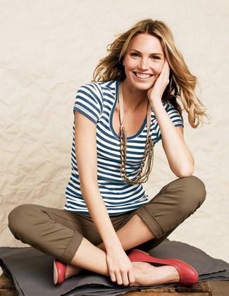 Как и с чем носить: бело-темно-синяя футболка с круглым вырезом в горизонтальную полоску, коричневые брюки чинос, красные кожаные балетки, бежевое колье
