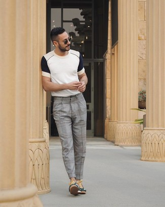 Как и с чем носить: бело-темно-синяя футболка с круглым вырезом, серые классические брюки в шотландскую клетку, темно-зеленые низкие кеды