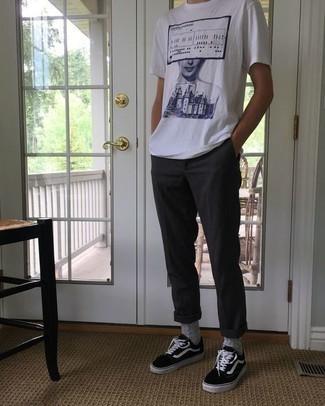Бело-темно-синяя футболка с круглым вырезом с принтом: с чем носить и как сочетать мужчине: Несмотря на то, что это достаточно не сложный лук, дуэт бело-темно-синей футболки с круглым вырезом с принтом и темно-серых брюк чинос приходится по вкусу стильным молодым людям, покоряя при этом сердца дам. В сочетании с этим ансамблем выгодно выглядят черно-белые низкие кеды из плотной ткани.