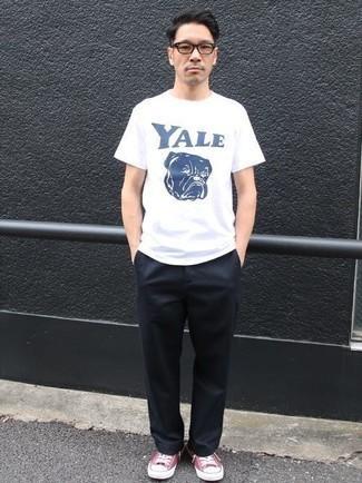 Бело-темно-синяя футболка с круглым вырезом с принтом: с чем носить и как сочетать мужчине: Бело-темно-синяя футболка с круглым вырезом с принтом и темно-синие брюки чинос — неотъемлемые вещи в гардеробе современного джентльмена. Вкупе с этим луком чудесно будут смотреться ярко-розовые низкие кеды из плотной ткани.