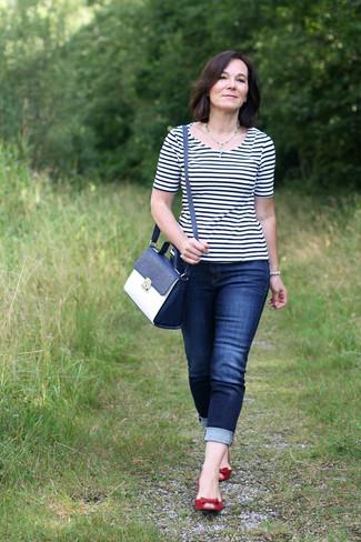 Как и с чем носить: бело-темно-синяя футболка с круглым вырезом в горизонтальную полоску, темно-синие джинсы скинни, красные замшевые балетки, темно-сине-белая кожаная сумка-саквояж