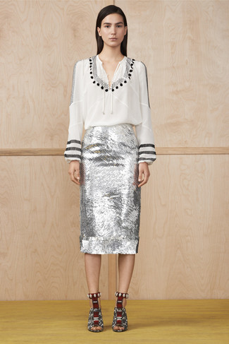 Как и с чем носить: бело-черная блуза-крестьянка с принтом, серебряная юбка-карандаш с пайетками, бело-черные кожаные босоножки на каблуке со змеиным рисунком