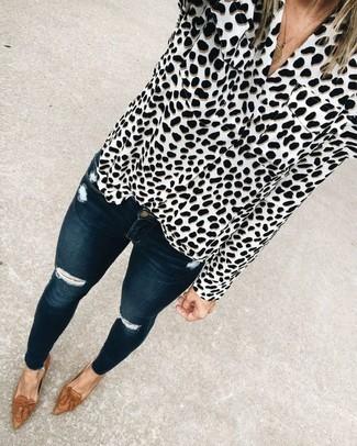 Как и с чем носить: бело-черная блуза на пуговицах с леопардовым принтом, темно-синие рваные джинсы скинни, коричневые кожаные лоферы с кисточками, золотая подвеска