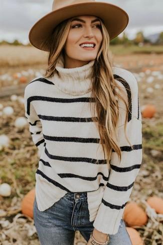 Модные женские луки 2020 фото: Если ты приписываешь себя к той редкой группе женщин, способных хорошо ориентироваться в модных тенденциях, тебе придется по душе дуэт бело-черной водолазки в горизонтальную полоску и синих джинсов скинни.