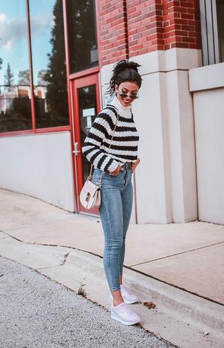 Как и с чем носить: бело-черная водолазка в горизонтальную полоску, голубые джинсы скинни, розовые кожаные низкие кеды, розовая кожаная сумка через плечо