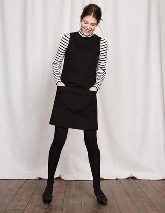 Модный лук: бело-черная водолазка в горизонтальную полоску, черное платье-футляр, черные кожаные балетки, черные шерстяные колготки