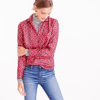 Как и с чем носить: бело-черная водолазка в горизонтальную полоску, ярко-розовая классическая рубашка с принтом, синие джинсы, бежевые серьги