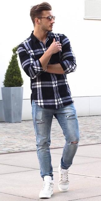 Как и с чем носить: бело-черная классическая рубашка в шотландскую клетку, синие рваные джинсы, белые высокие кеды, коричневые солнцезащитные очки