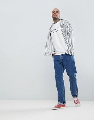 Как и с чем носить: бело-черная рубашка с длинным рукавом в вертикальную полоску, бело-черная футболка с круглым вырезом с принтом, синие джинсы, красные низкие кеды из плотной ткани