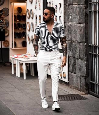 Как и с чем носить: бело-черная рубашка с коротким рукавом в вертикальную полоску, белые классические брюки, белые кожаные низкие кеды, темно-коричневые солнцезащитные очки