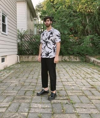 Мужские луки: Сочетание бело-черной рубашки с коротким рукавом с принтом и черных брюк чинос продолжает импонировать стильным джентльменам. Такой образ получает новое прочтение в сочетании с черными кожаными туфлями дерби.