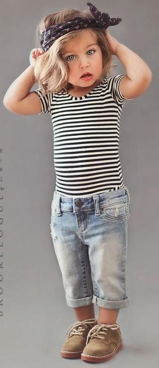 Как и с чем носить: бело-черная футболка в горизонтальную полоску, голубые джинсы, светло-коричневые ботинки дезерты