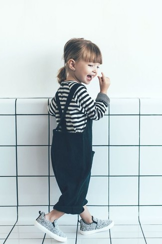 Как и с чем носить: бело-черная футболка в горизонтальную полоску, темно-зеленые штаны-комбинезон, серые кеды