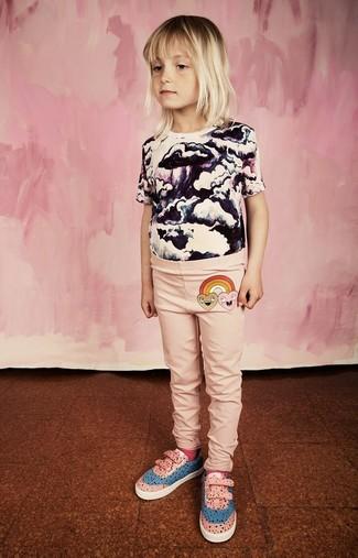 Как и с чем носить: бело-черная футболка с принтом, розовые леггинсы, розовые кеды, ярко-розовые носки