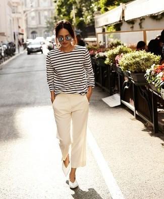 Как и с чем носить: бело-черная футболка с длинным рукавом в горизонтальную полоску, белые широкие брюки, белые кожаные балетки, серые солнцезащитные очки