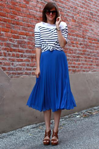 Как и с чем носить: бело-черная футболка с длинным рукавом в горизонтальную полоску, синяя юбка-миди со складками, коричневые кожаные босоножки на каблуке