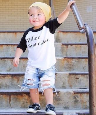 Как и с чем носить: бело-черная футболка с длинным рукавом, голубые джинсовые шорты, черные кеды, желтая шапка