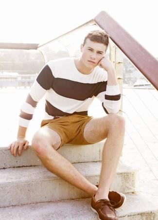 Если в одежде ты делаешь ставку на комфорт и практичность, бело-черная футболка с длинным рукавом в горизонтальную полоску и горчичные шорты — великолепный выбор для привлекательного повседневного мужского образа. И почему бы не привнести в этот образ на каждый день чуточку изысканности с помощью коричневых кожаных топсайдеров?