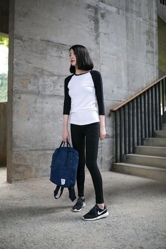 Как и с чем носить: бело-черная футболка с длинным рукавом, черные джинсы скинни, черно-белые кроссовки, темно-синий рюкзак