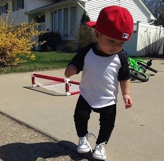 Как и с чем носить: бело-черная футболка с длинным рукавом, черные спортивные штаны, белые кеды, красная бейсболка