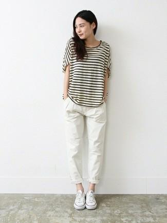 Как и с чем носить: бело-черная футболка с круглым вырезом в горизонтальную полоску, белые брюки чинос, белые низкие кеды из плотной ткани
