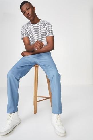 Как и с чем носить: бело-черная футболка с круглым вырезом в горизонтальную полоску, голубые брюки чинос, белые высокие кеды из плотной ткани
