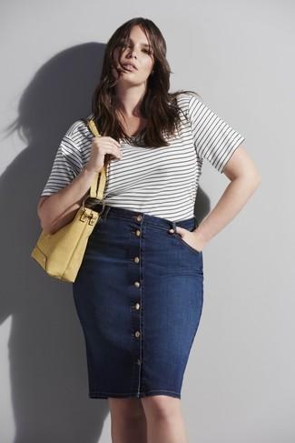 Как и с чем носить: бело-черная футболка с круглым вырезом в горизонтальную полоску, темно-синяя джинсовая юбка на пуговицах, желтая кожаная большая сумка
