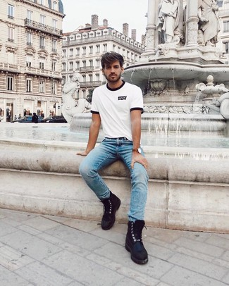 Как и с чем носить: бело-черная футболка с круглым вырезом с принтом, голубые джинсы, черные кожаные повседневные ботинки, коричневые кожаные часы