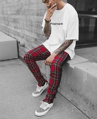 Как и с чем носить: бело-черная футболка с круглым вырезом с принтом, красные спортивные штаны в шотландскую клетку, бело-черные низкие кеды
