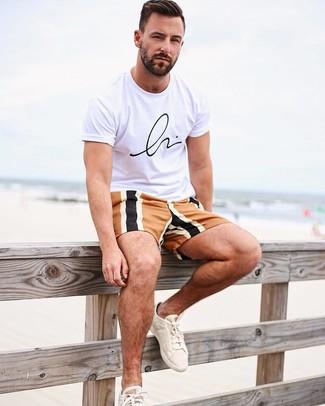 Как и с чем носить: бело-черная футболка с круглым вырезом с принтом, разноцветные шорты, бежевые низкие кеды из плотной ткани