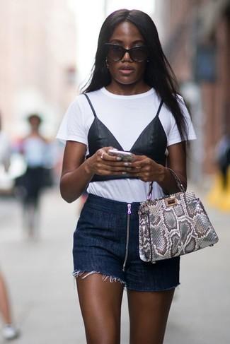 Как и с чем носить: бело-черная футболка с круглым вырезом с принтом, темно-синие джинсовые шорты, серая кожаная большая сумка со змеиным рисунком