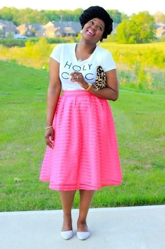 Как и с чем носить: бело-черная футболка с круглым вырезом с принтом, ярко-розовая пышная юбка, белые кожаные балетки, светло-коричневый замшевый клатч с леопардовым принтом
