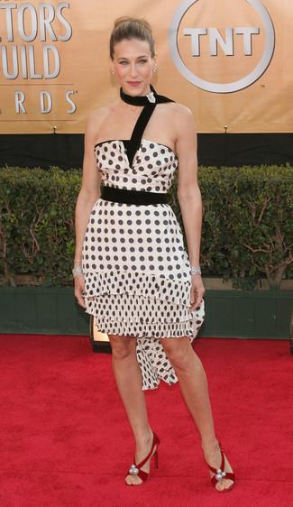 Как Sarah Jessica Parker носит Бело-черное коктейльное платье в горошек, Красные замшевые босоножки на каблуке