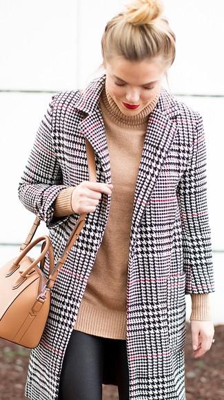 """Как и с чем носить: бело-черное пальто с узором """"гусиные лапки"""", светло-коричневая вязаная водолазка, черные кожаные леггинсы, светло-коричневая кожаная сумка через плечо"""