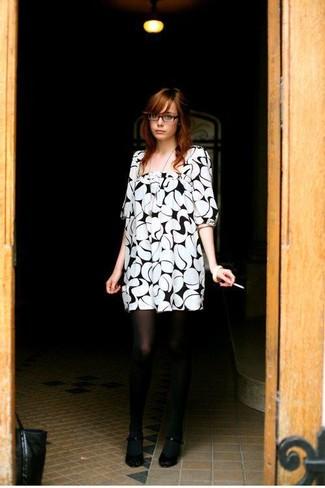 Бело-черное платье прямого кроя с принтом можно надеть как на работу, так на прогулку с друзьями. Изысканности и классики ансамблю добавит пара черных туфель.