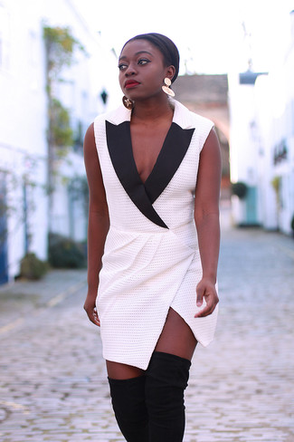 Как и с чем носить: бело-черное платье-смокинг, черные замшевые ботфорты, золотые серьги