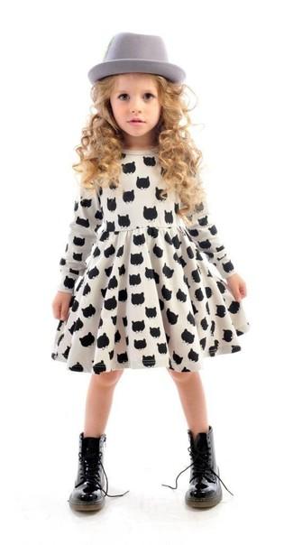 Как и с чем носить: бело-черное платье с принтом, черные ботинки, серая шляпа