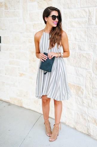 Модный лук: Бело-черное свободное платье в вертикальную полоску, Светло-коричневые замшевые босоножки на каблуке, Темно-зеленый кожаный клатч