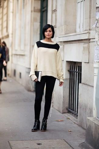 Как и с чем носить: бело-черный вязаный свитер, черные джинсы скинни, черные кожаные ботильоны, черно-белый кожаный клатч