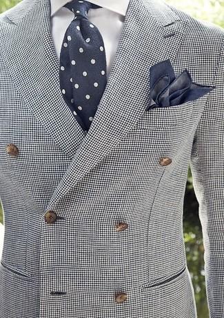 """Сочетание бело-черного двубортного пиджака с рисунком """"гусиные лапки"""" и белой классической рубашки смотрится строго и изысканно."""