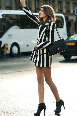 Как и с чем носить: бело-черный двубортный пиджак в вертикальную полоску, черные замшевые ботильоны, черная кожаная стеганая сумка-саквояж