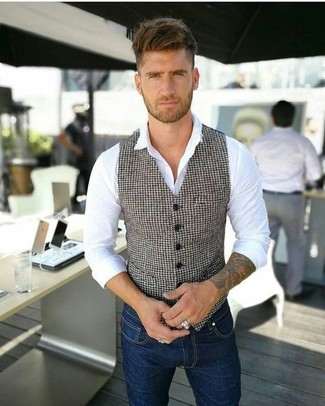 """Как и с чем носить: бело-черный жилет с узором """"гусиные лапки"""", белая классическая рубашка, темно-синие зауженные джинсы"""